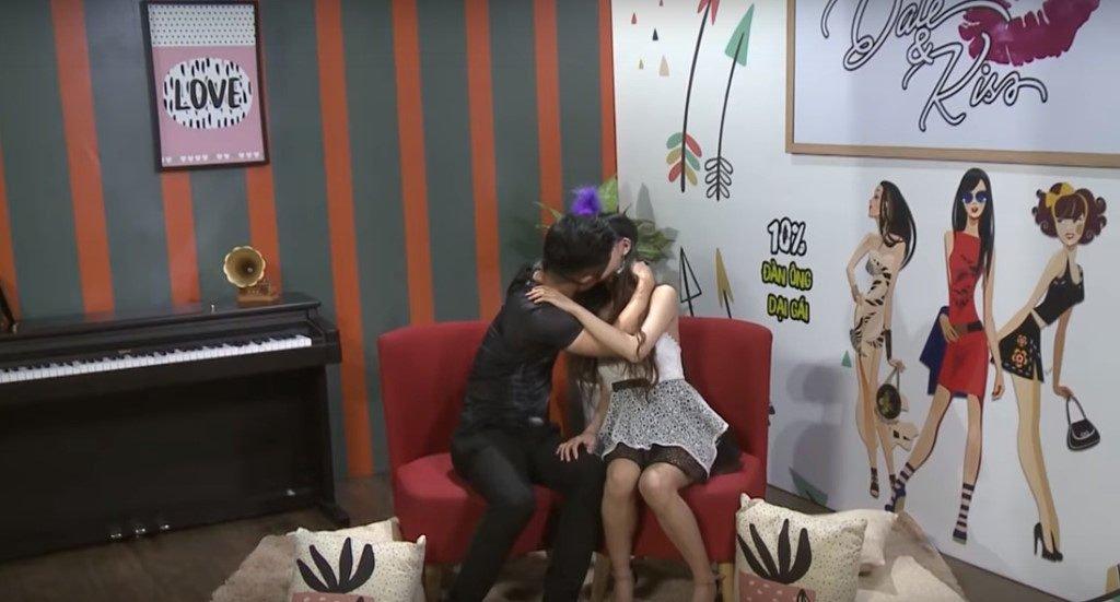 Người chơi Date & Kiss sẽ lựa chọn đối tượng hẹn hò sau khi hôn và đụng chạm thân thể các ứng viên. Ảnh cắt từ clip.