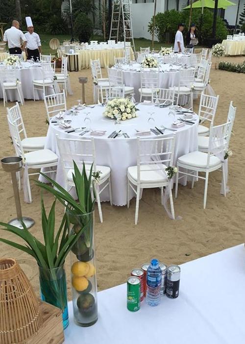 Không gian tiệc đính hôn bên bãi biển của cặp đôi.