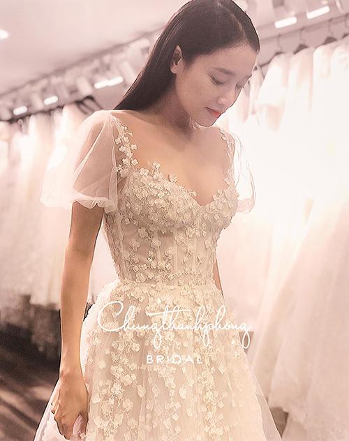 Nhã Phương xinh đẹp trong chiếc váy do NTK Chung Thanh Phong thực hiện.